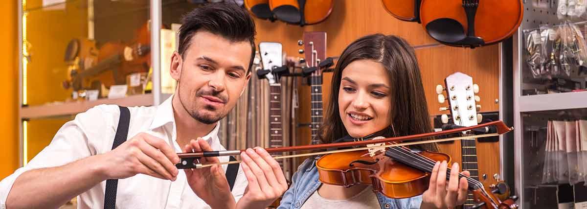 man teaching the violin