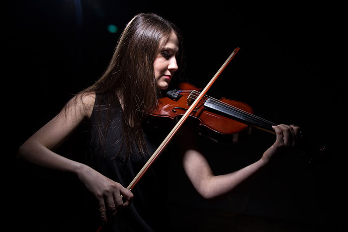 woman playing the violing feat