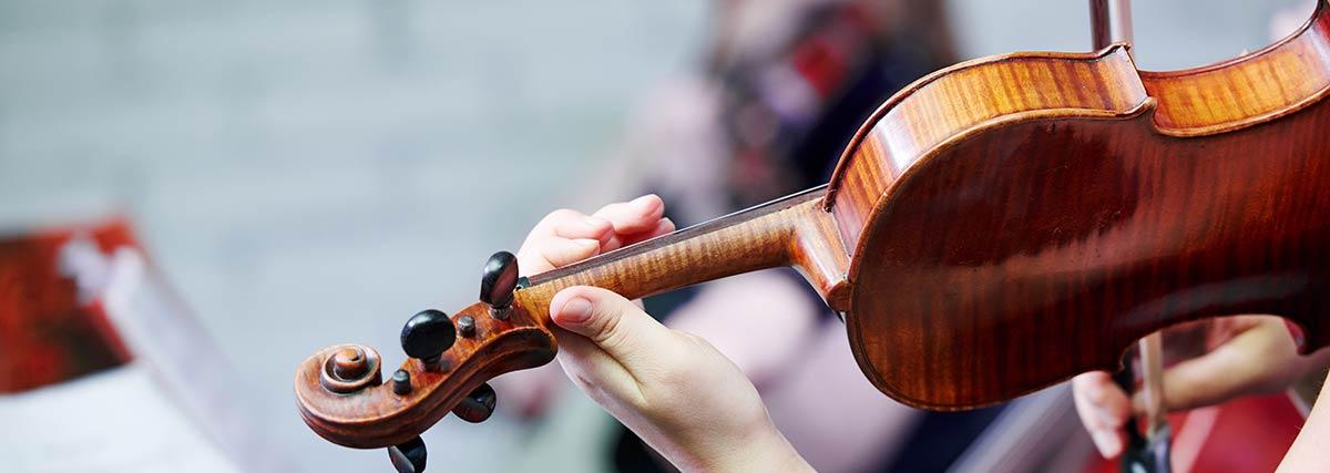 female violinist performing