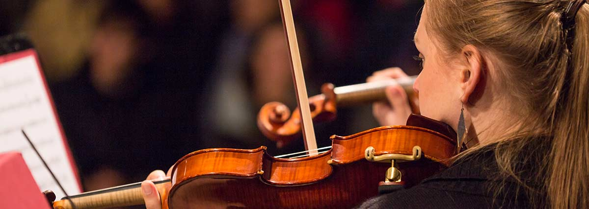violinist-playing-with-the-orchestra